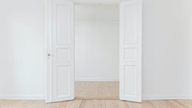シンプル 部屋 白 扉