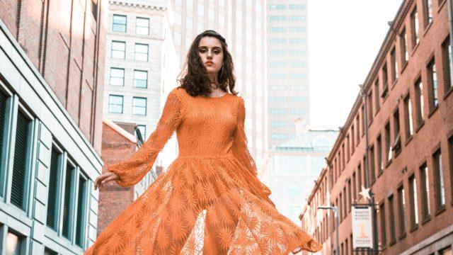 女性 オレンジ