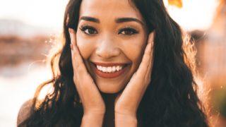女性 ひまわり 笑顔